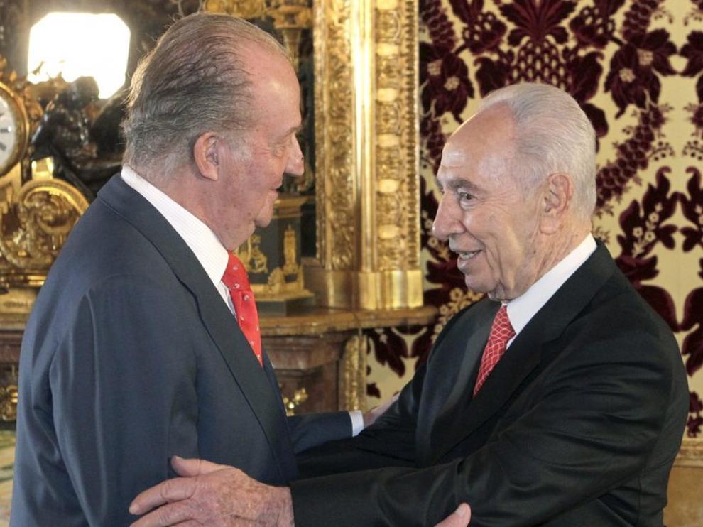 El Rey saluda al presidente de Israel durante el almuerzo ofrecido en el Palacio Real.