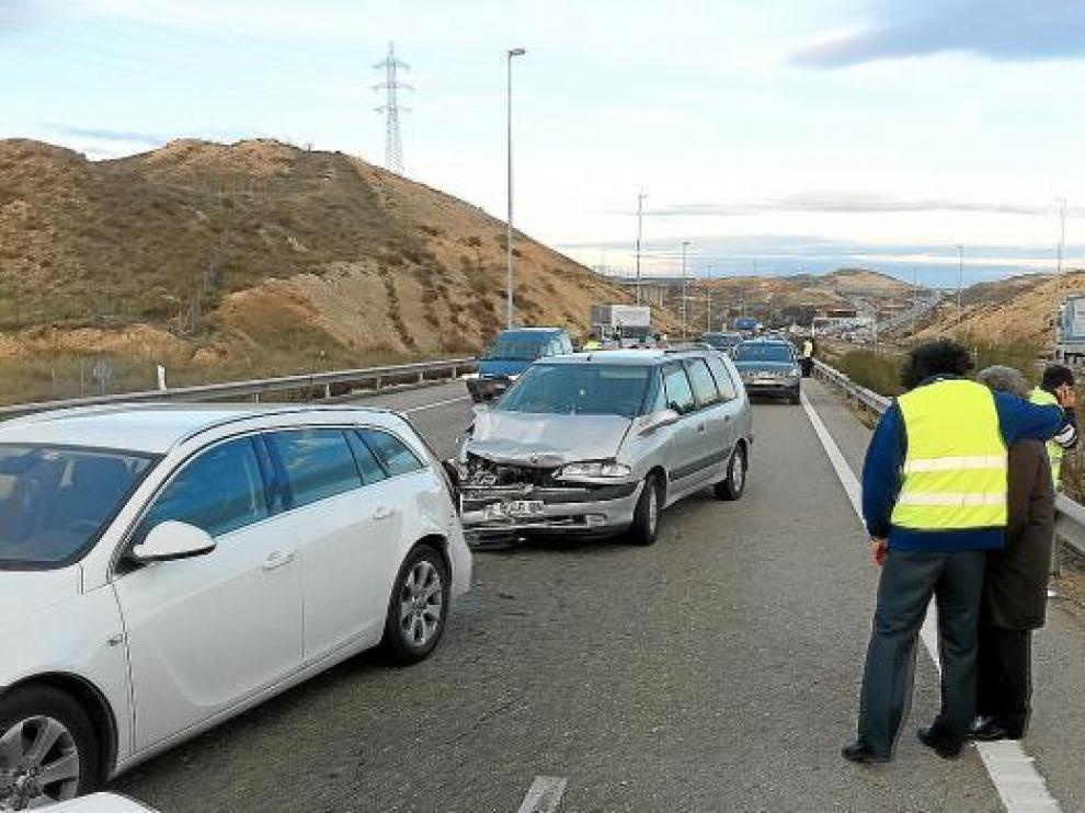 En la fotografía, dos de los vehículos que se vieron involucrados en los accidentes de ayer.
