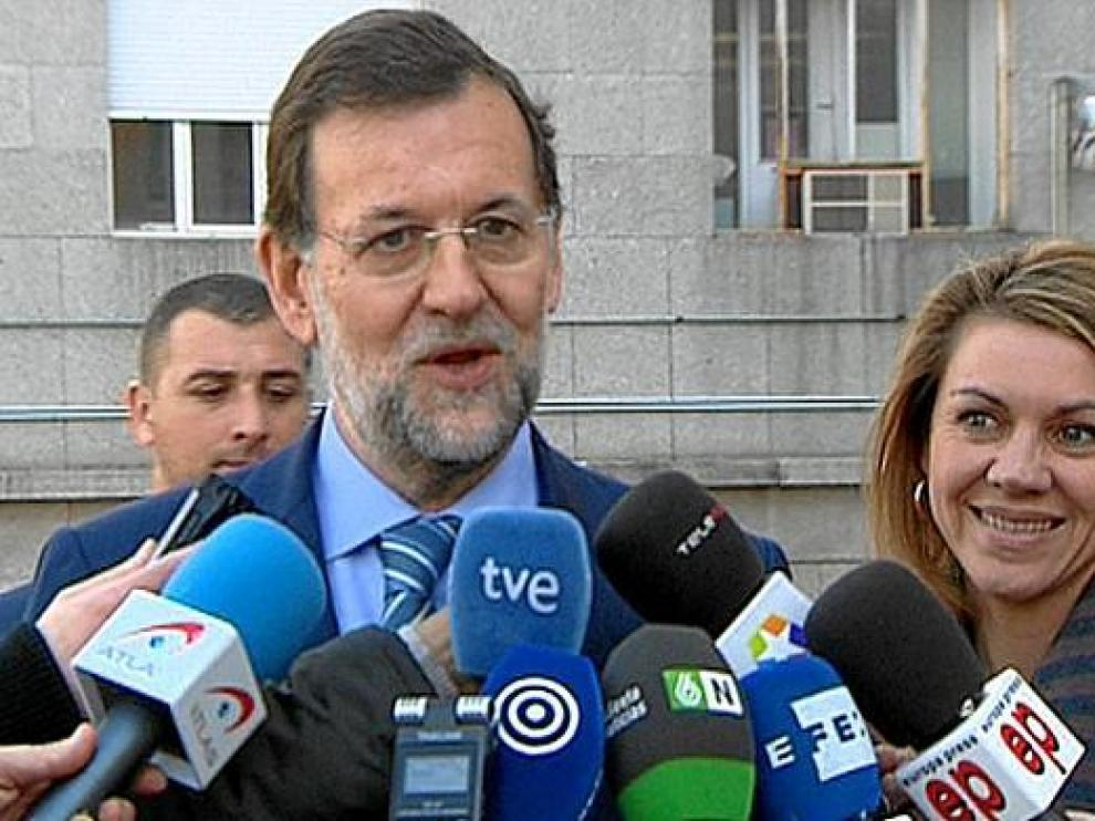 Mariano Rajoy y María Dolores de Cospedal atienden a los medios tras visitar a Aguirre, ayer.