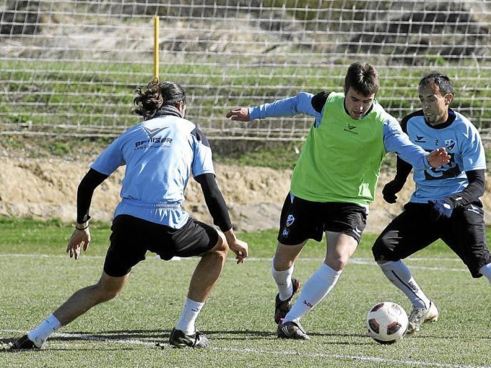 Galán trata de salvar la oposición de Robert y Ochoa durante el entrenamiento de ayer en el Montearagón.