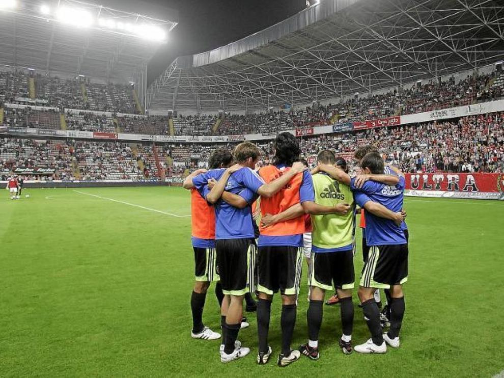 El Real Zaragoza, hecho una piña en el estadio gijonés antes de comenzar el partido del año pasado. Hacía 12 temporadas que no jugaba allí.