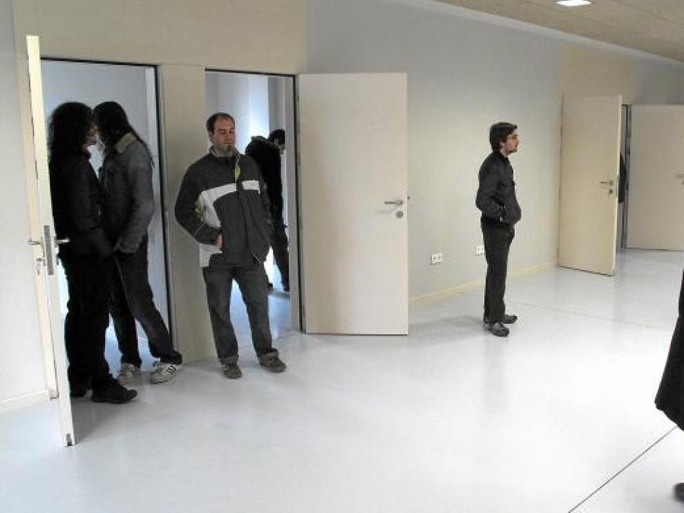 Los jóvenes músicos visitando el centro de ensayos en una fotografía de archivo.