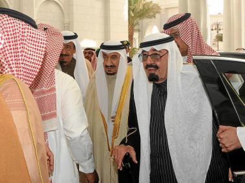 El octogenario rey saudí llega a su palacio de Riad, ayer.