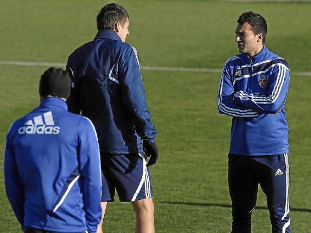 Ivan Obradovic charla con su compañero Adam Pinter al inicio del entrenamiento.
