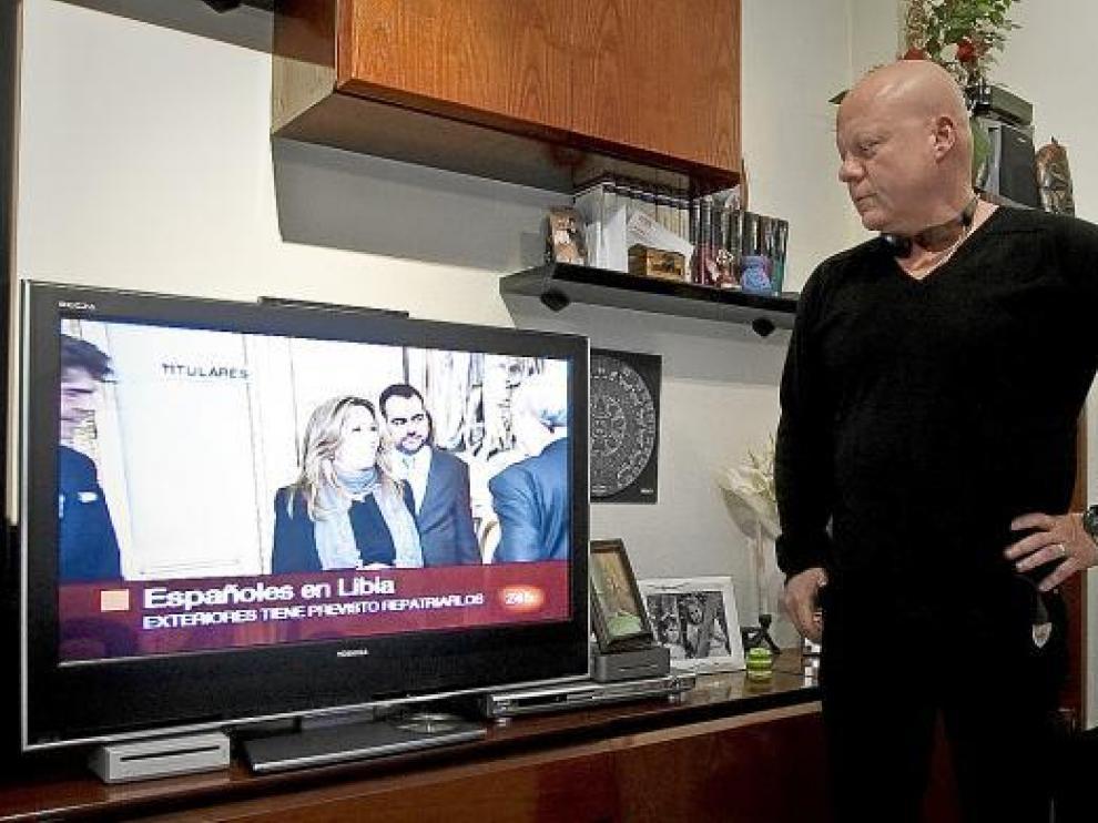Mario Sanz contempla las noticias sobre Libia, ayer en su casa en Zaragoza.
