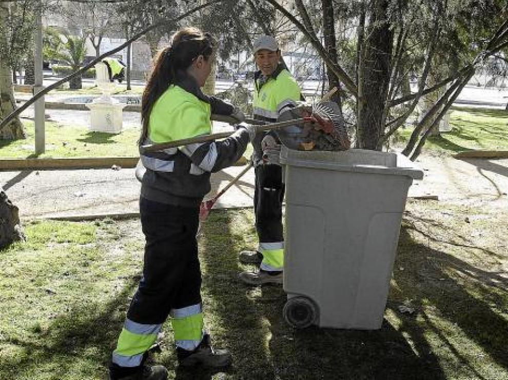 Dos empleados de la brigada limpian una de las decenas de zonas verdes que hay en la ciudad.