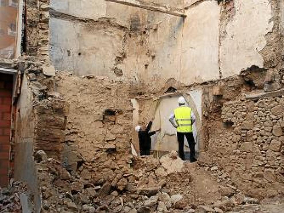 Dos técnicos inspeccionan el lugar de un accidente laboral
