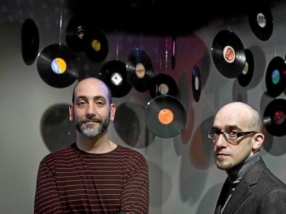 Pedro Vizcaíno (izquierda) y Víctor Gomollón, comisarios de la exposición.