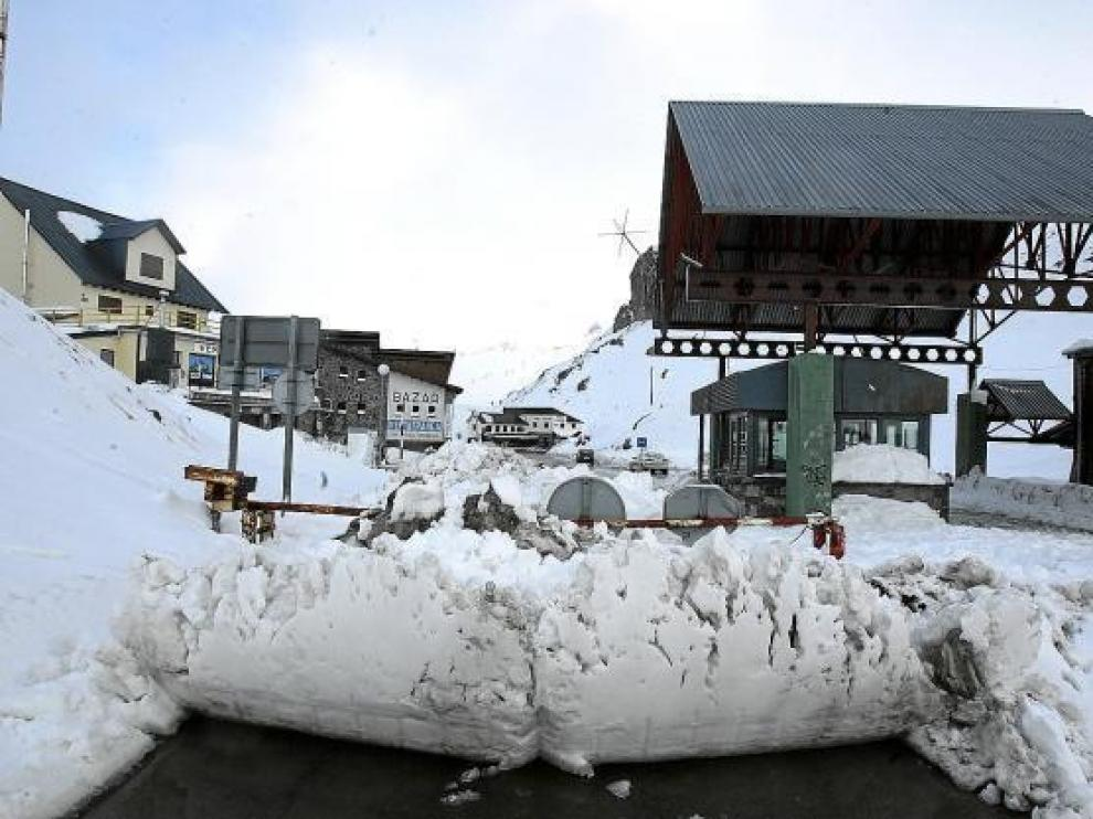 Una barrera de nieve obligaba a los vehículos a darse la vuelta en la frontera en el Portalet.