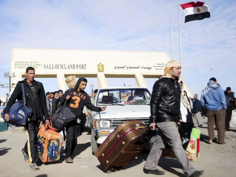Miles de egipcios huyen de Libia