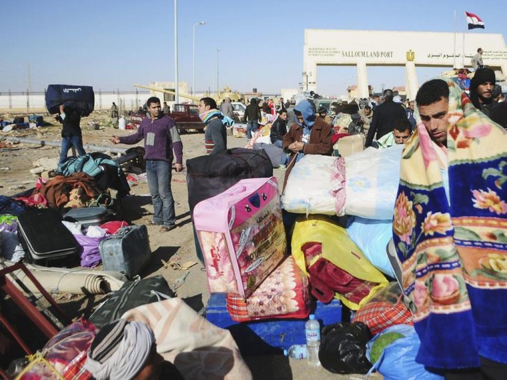 Ciudadanos egipcios huyen de Libia en el puesto fronterizo de Salloum