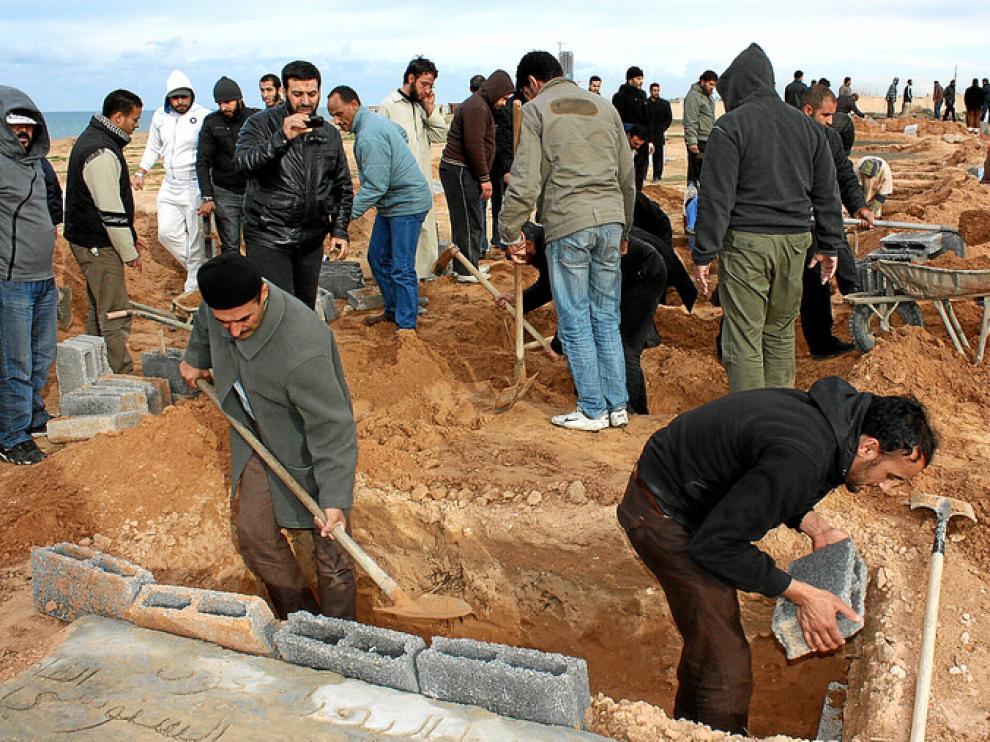 Los ciudadanos libios preparan entierros masivos