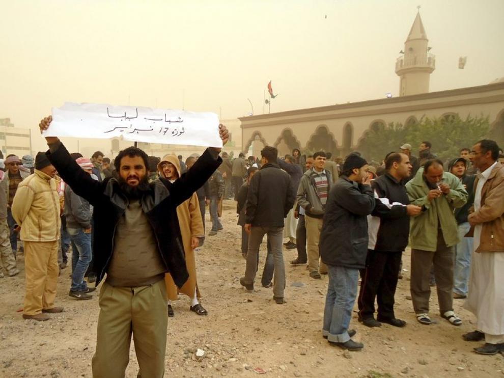 Un grupo de manifestantes durante una concentración contra el gobierno de Gadafi, en la ciudad porturaria de Tobruk, al noroeste de Libia.