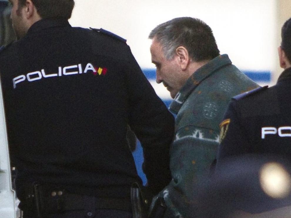 Efectivos de la Policia Nacional escoltan a Santiago Del Valle