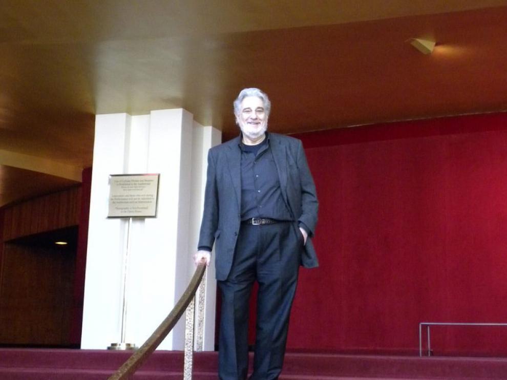 El tenor Plácido Domingo posa en el Met