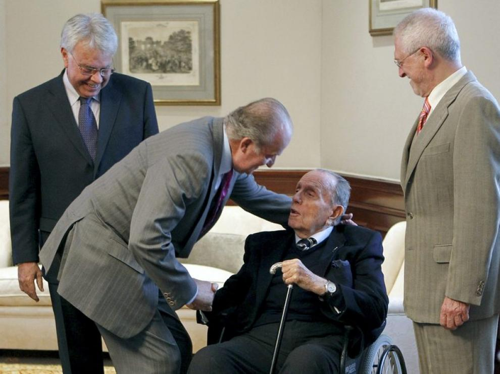 El Rey Don Juan Carlos charla animadamente con Manuel Fraga