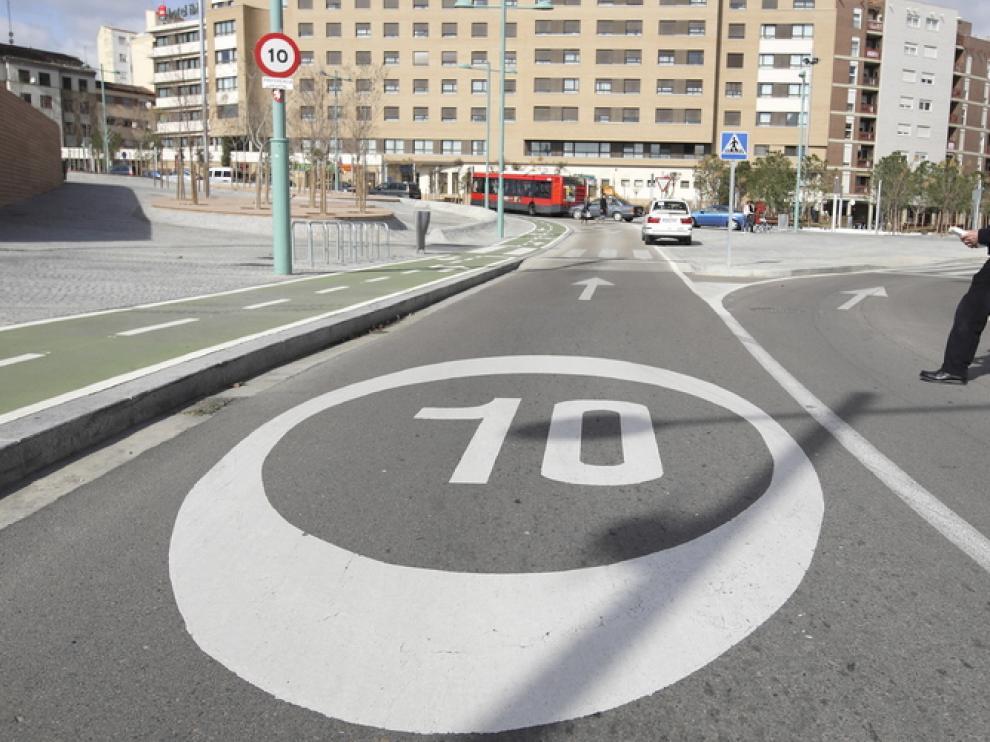 Calle limitada a 10 kim/h.