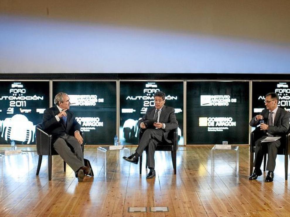 El director de Anfac, Luis Valero, el consejero de Industria, Arturo Aliaga, y el director de GM España, Antonio Cobo, ayer.
