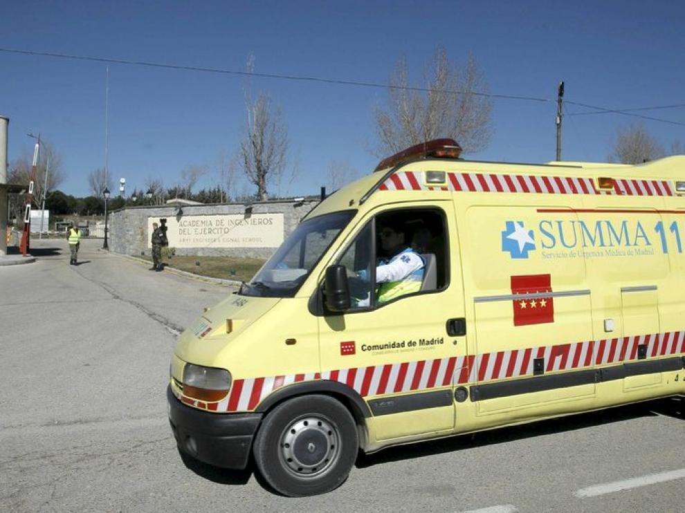 Una ambulanlancia traslada a uno de los heridos