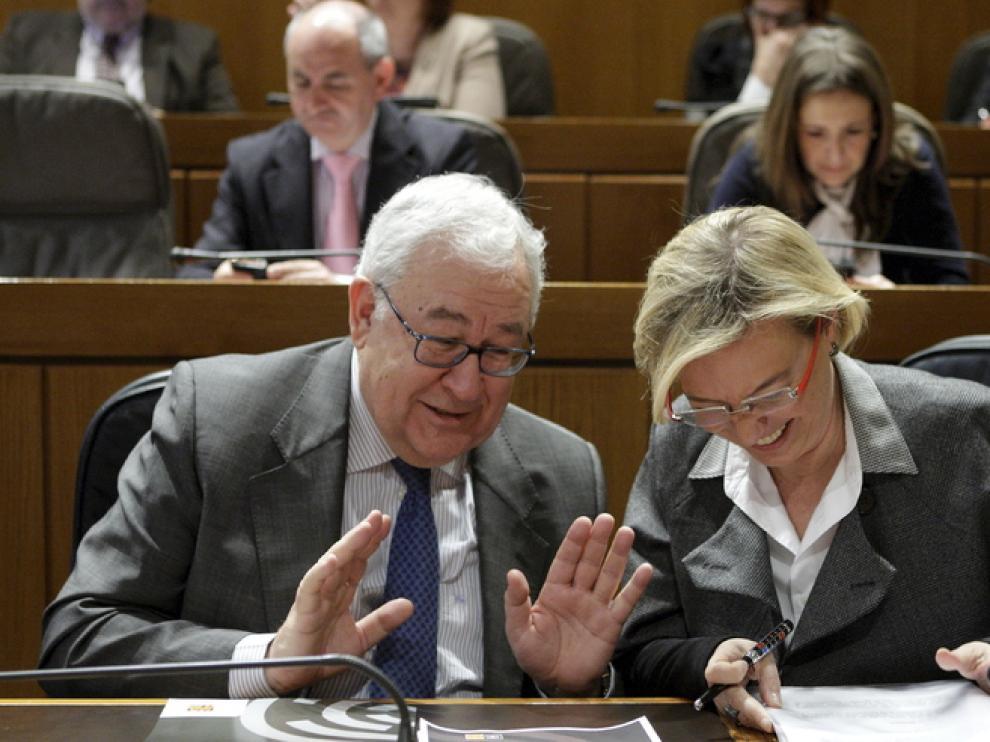 Biel y Almunia sonríen en un momento del pleno de las Cortes