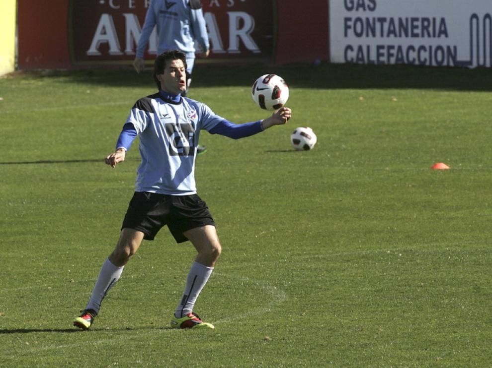 Juanjo Camacho controla el balón con el pecho durante un entrenamiento