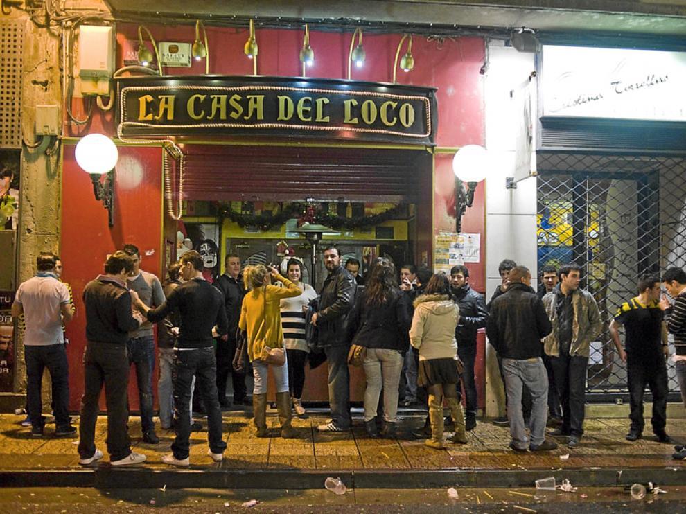 Primeros grupos de fumadores en las puertas de los bares y las discotecas.