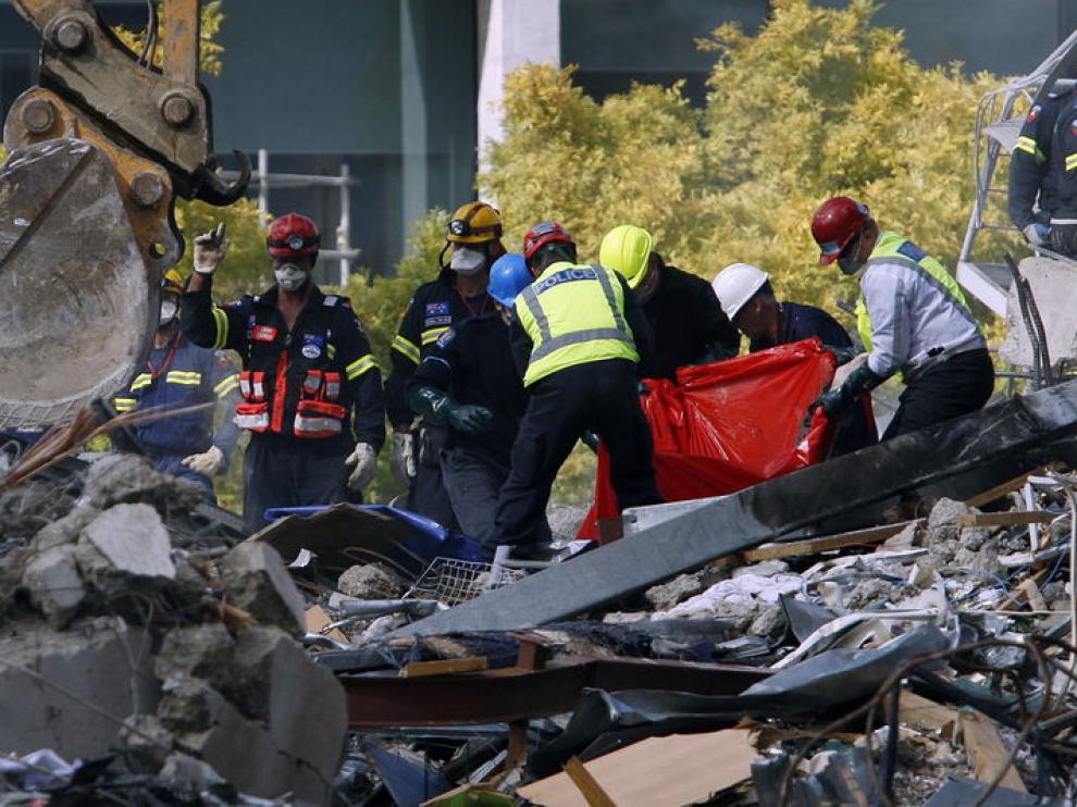 Los equipos de rescate trabajan contrarreloj