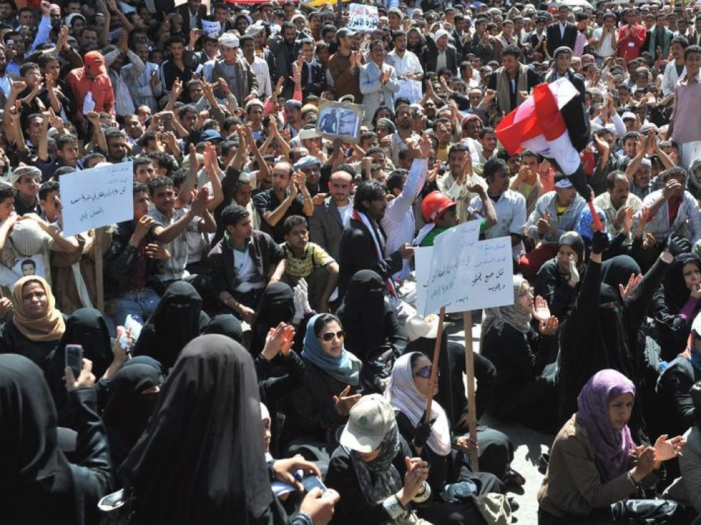 Un grupo de mujeres realizan una sentada de protesta contra el régimen de Alí Abdalá