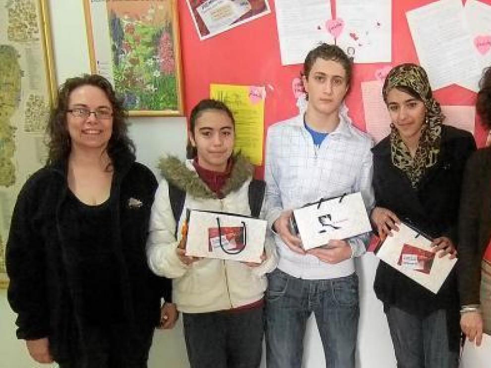 En el centro, los ganadores del Gaspar Lax, con las monitoras de 'De Ocio' y la profesora Cruz Ullod.