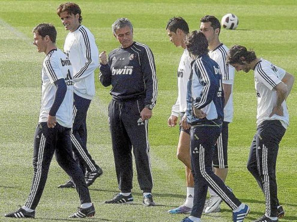 Mourinho da instrucciones a sus futbolistas, durante el entrenamiento de ayer.