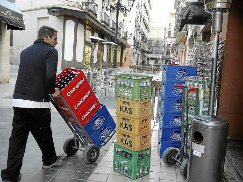 Un empleado de Distribuciones Fuertes repartiendo bebidas en la calle de Padre Huesca.