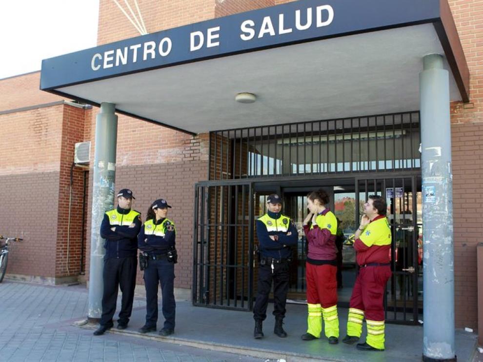 Policías y sanitarios permanecen a las puertas del centro de salud tras el ataque