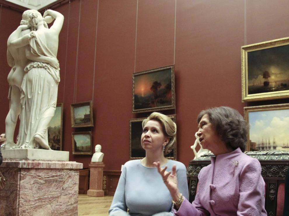 Doña Sofía y la esposa de Medvédev contemplan una obra del Museo Nacional ruso de San Petersburgo