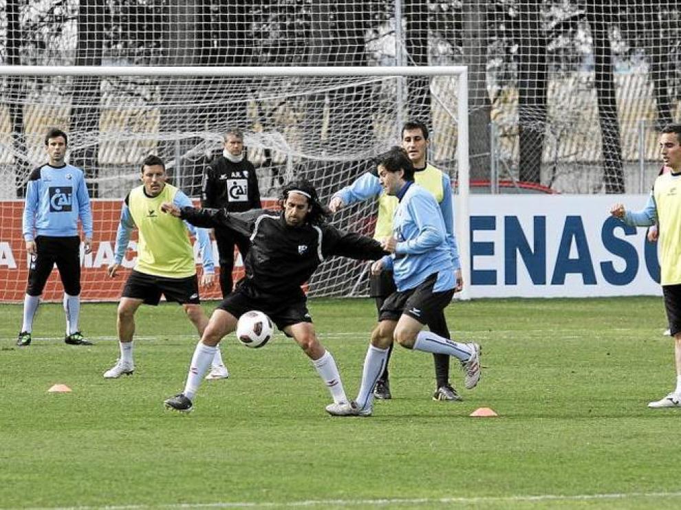 Gallardo controla una pelota con la oposición de Camacho durante el entrenamiento de ayer por la mañana en el IES Pirámide.