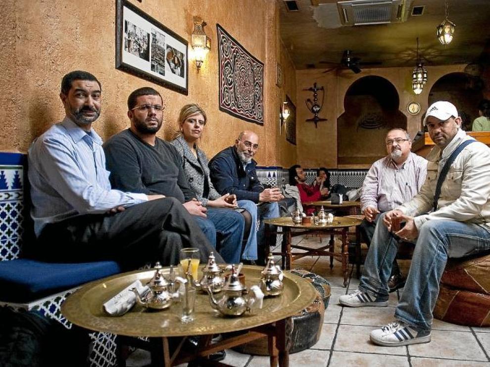 Abderraman Ben Chaabane, Sharef Abusia, Khadija Izidi, Atef Younes, Fawad Nahhas y Ali Shaad, en una tetería de Zaragoza.
