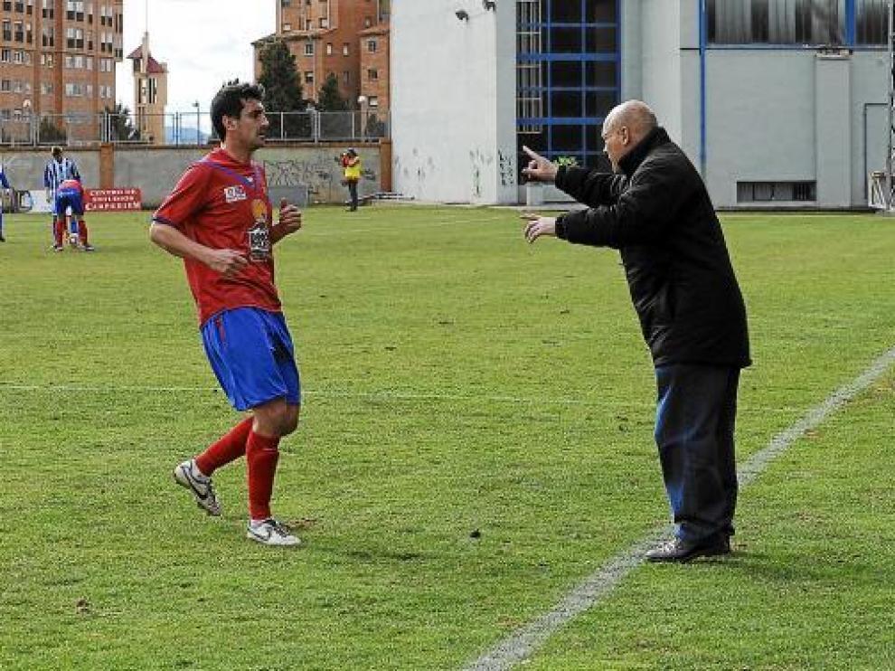 Calderé da instrucciones, durante el partido del pasado domingo ante el Atlético Baleares.