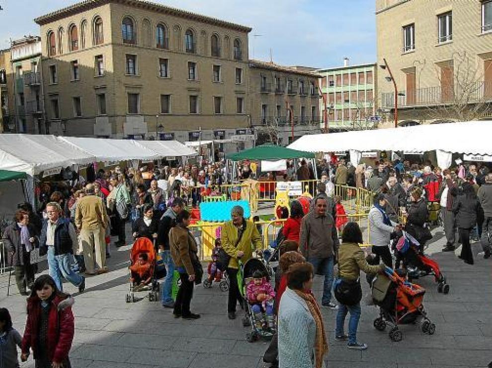 Fueron muchos los montisonenses que se acercaron hasta la plaza Mayor para aprovechar las ofertas.