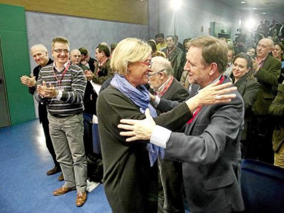 Eva Almunia y Marcelino Iglesias, ayer, en la clausura del comité regional del PSOE.
