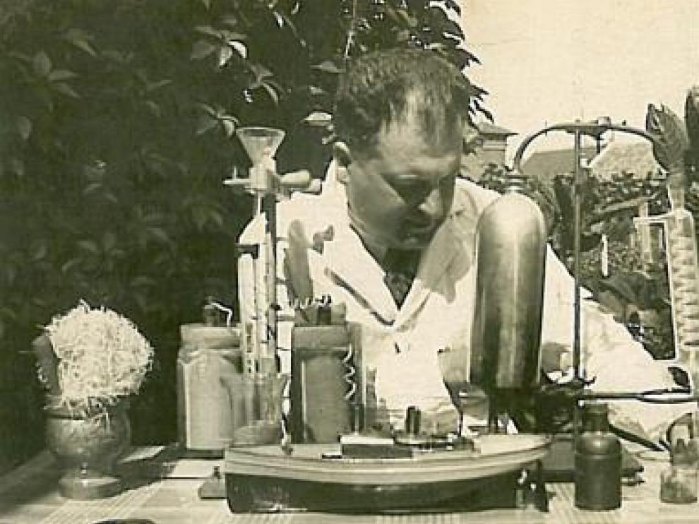 Suñén con el instrumental de sus experimentos en París.