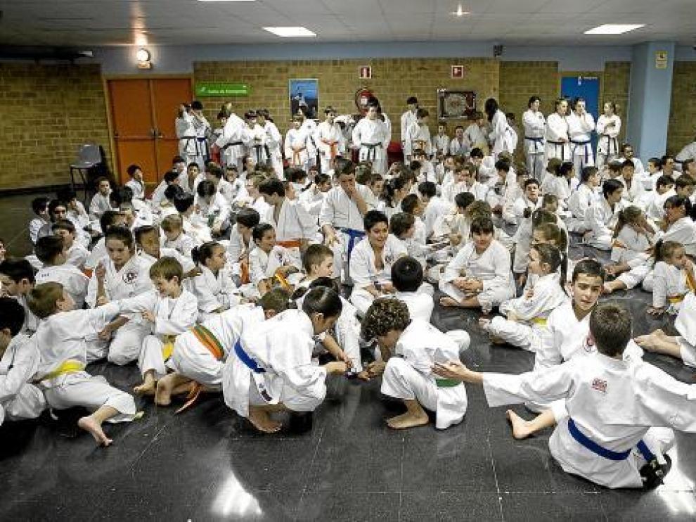 Alrededor de 400 karatecas participaron en una exhibición técnica.