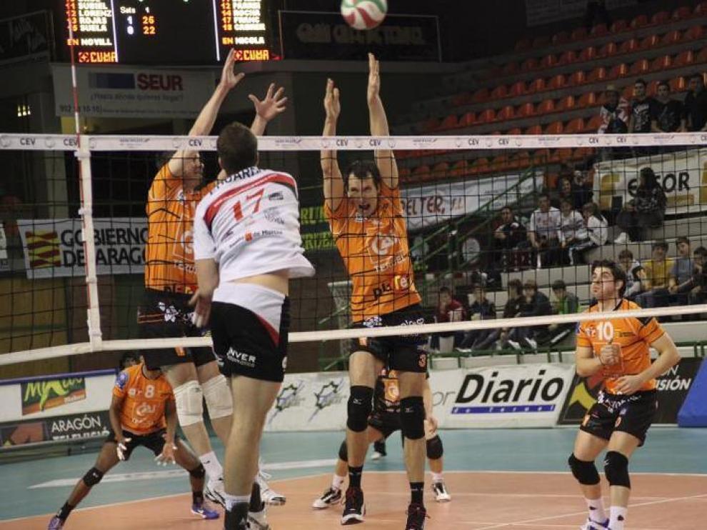 Los jugadores del CAI Teruel intentan bloquear un balón en el partido de la primera vuelta ante Caravaca.
