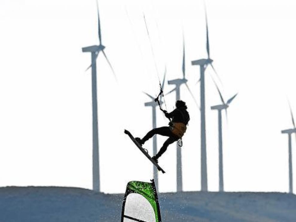 Practicantes de windsurf -con vela- y de kitesurf -con cometa-, el pasado jueves, en el embalse de La Loteta.