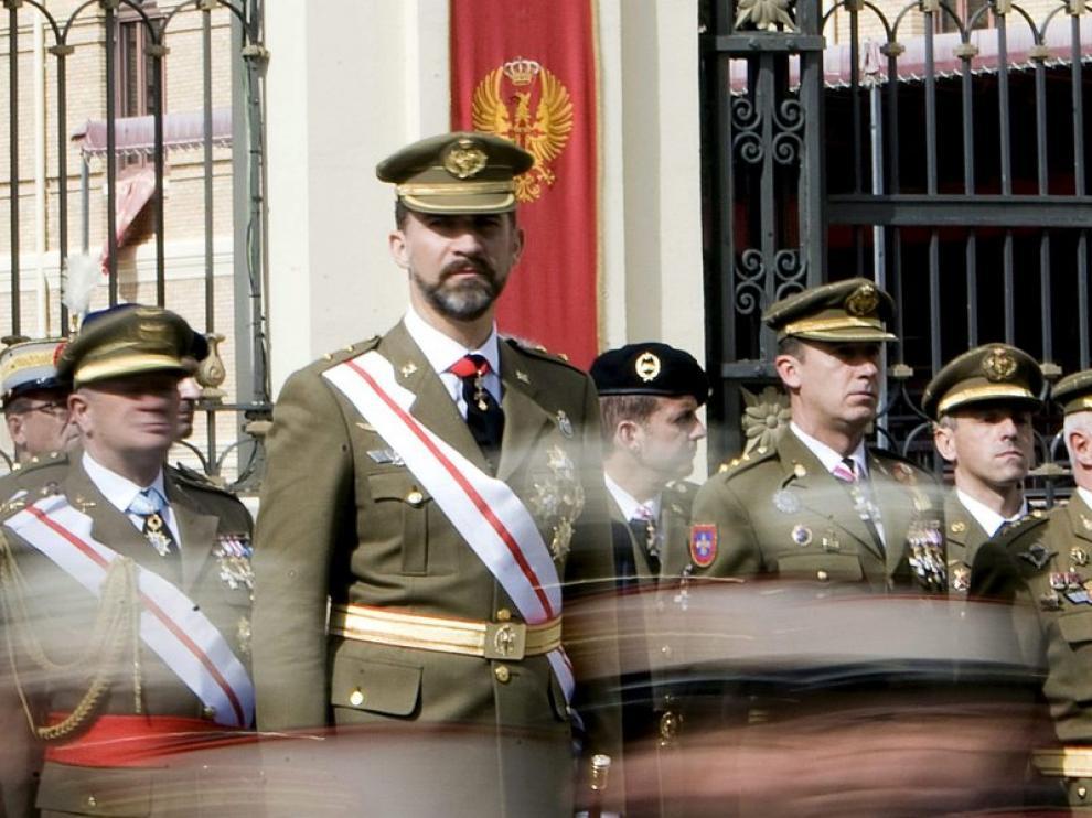 El príncipe Felipe, durante la parada militar celebrada al final del acto conmemorativo del XXV aniversario de la jura de bandera de la XLV Promoción de la Academia General Militar de Zaragoza