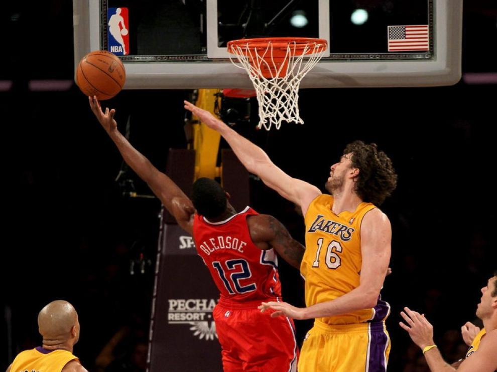 Gasol intenta evitar una canasta de los Clippers