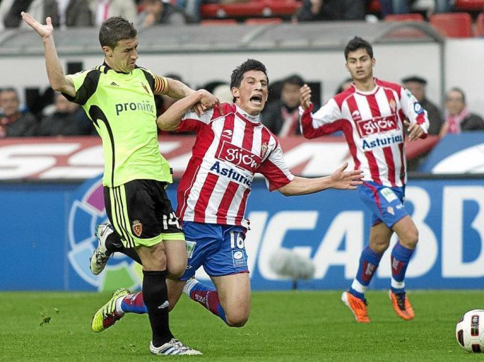 Gabi bloquea una carrera de André Castro, extremo derecho del Sporting y pesadilla ayer de Paredes.