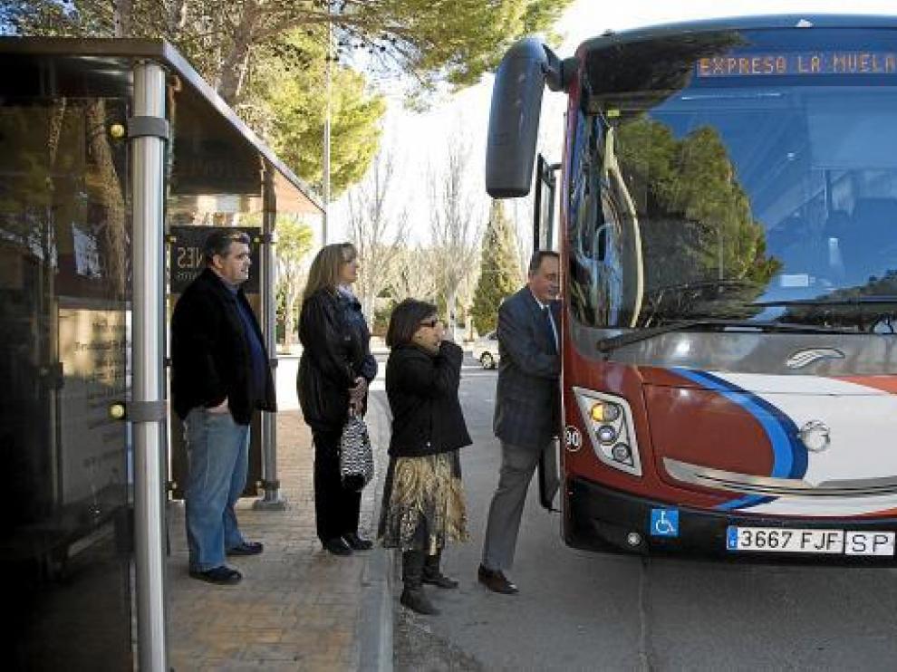Cuatro miembros de la Asociación La Muela Sur se suben al autobús.
