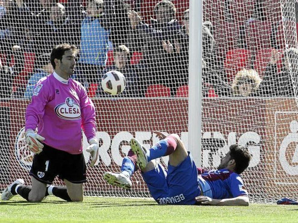 Tariq cae al suelo por la inercia después de conseguir de brillante cabezazo el primer gol del partido. Cobeño, con gesto de resignación.