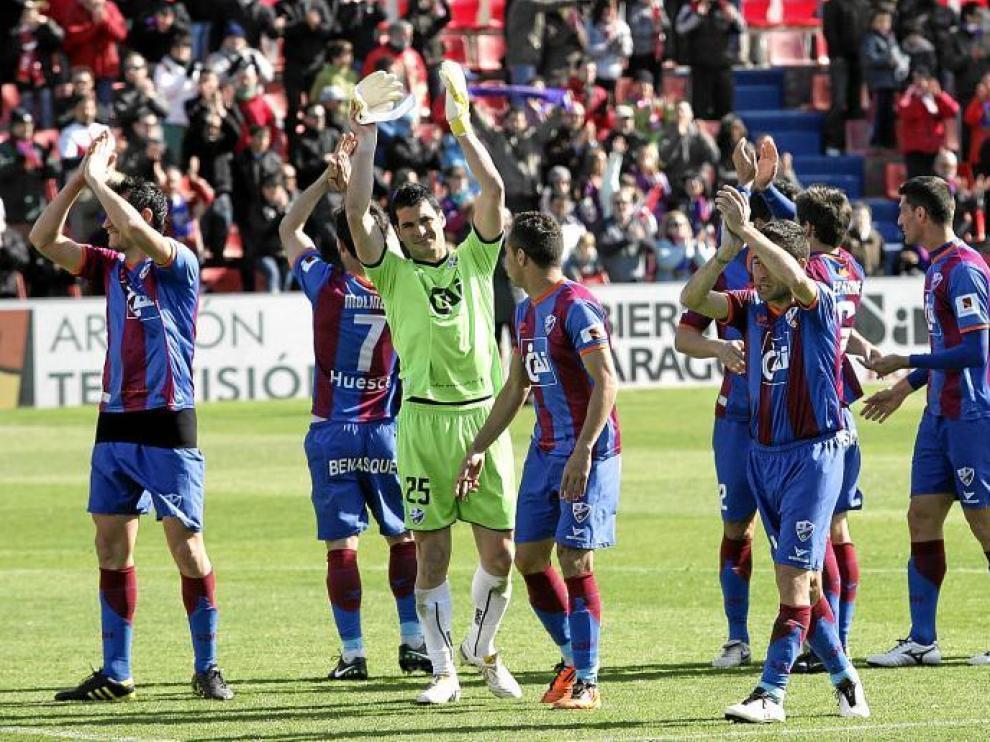 Los jugadores del Huesca saludan a la grada desde el centro del campo con la victoria en el bolsillo. Antes, El Alcoraz hizo la ola.