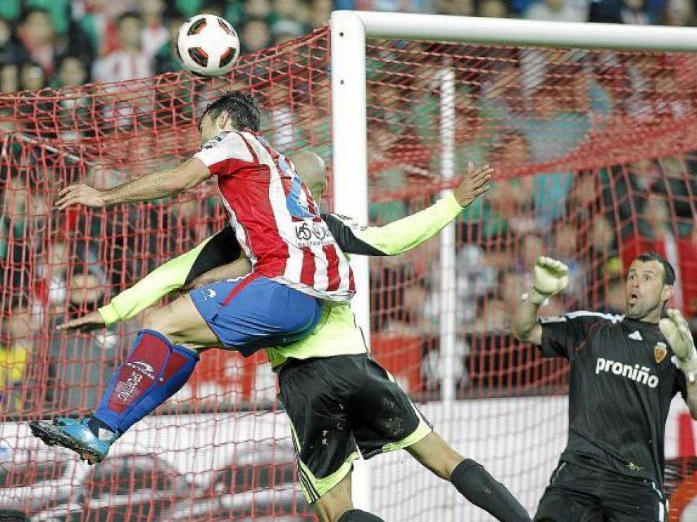 Doblas mira con atención el intento de remate de Barral, en pugna aérea con Diogo tras un centro lateral.