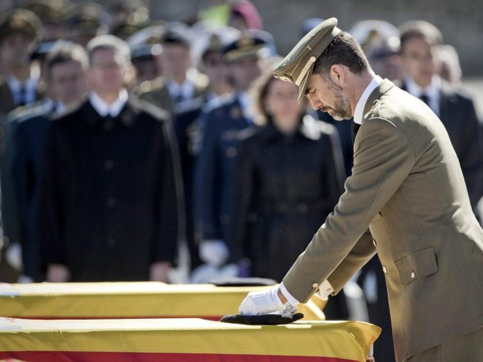 El Príncipe preside un funeral lleno de dolor y emoción